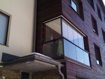 Bezrámové zasklení rohového balkonu