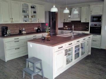 Kuchyně  masiv dub desing provence. Pracovní deska a obklad  HPL . Kovaní Blum