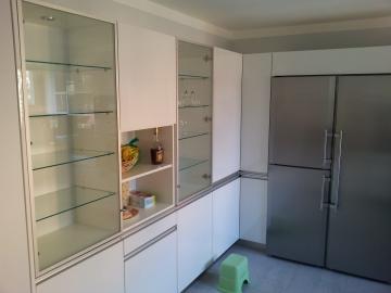 Kuchyňská linka  bílá vysoký lesk materiál Senosan , Pracovní deska Technistone. Kovaní Blum spotřebiče Miele