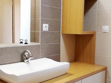 Koupelna materiál bílá lesk Senosan  masiv přírodní dub