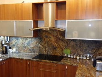Kuchyňská linka přední plochy masiv třešeň  pracovní deska přírodní kámen