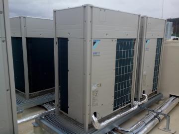 Venkovní jednotky pro přímé chlazení a taky pro chlazení/topení kanceláří a zázemí pro zaměstanace prodejny LIDL v Berouně