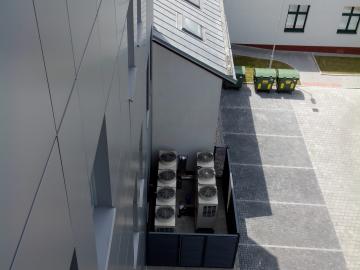 Centrála pojišťovny ČPZP Ostrava Vítkovice venkovní jednotky. V budově se nachází 83 vnitřních jednotek počítáno i s Lékarnou
