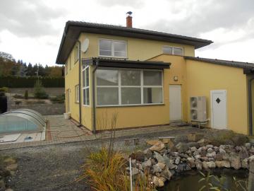 V rodinném domě nedaleko Příbrami zajišťuje tepelné čerpadlo vytápění domu a ohřev bazénové vody.